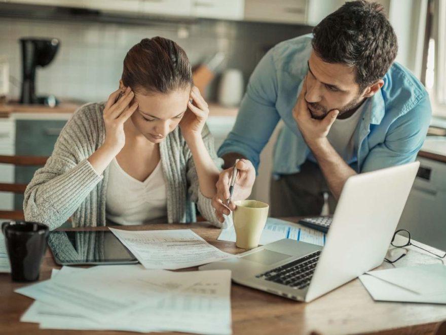 Młoda para liczy budżet domowy